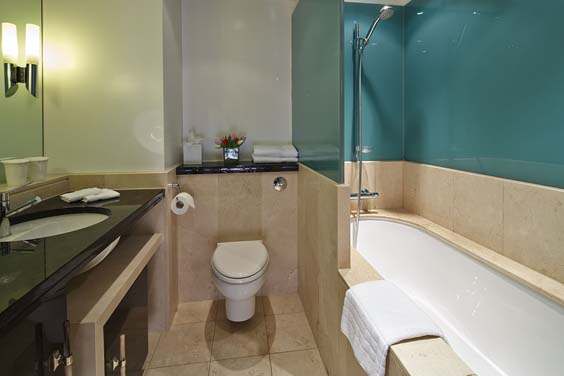 Cheval Phoenix House chelsea london review bathroom
