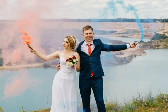 New Trend of Using Smoke Bombs for Wedding Photographs bride