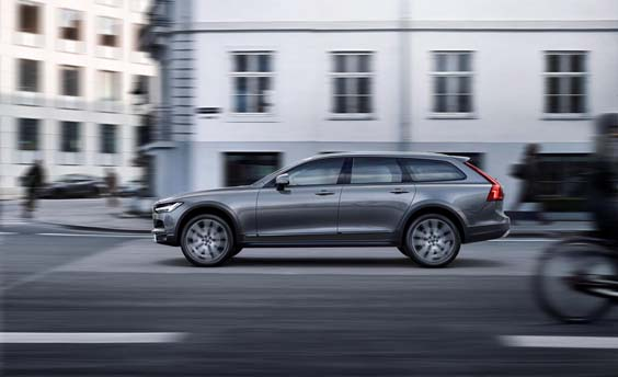 Volvo V90 Cross Country review driving