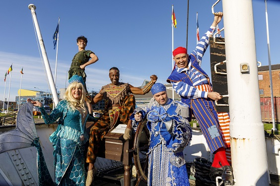 peter pan review hull new theatre darren day cast