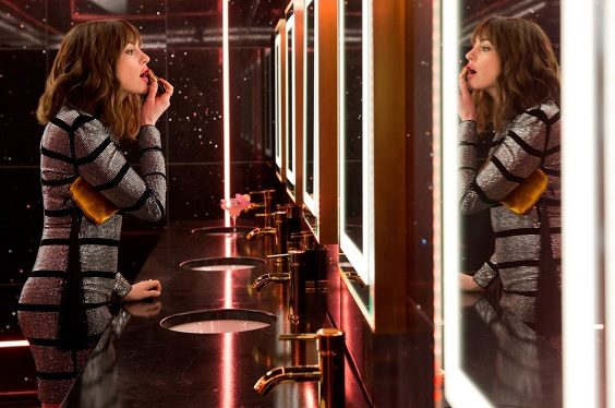 the hustle 2019 review film anne hathaway mirror